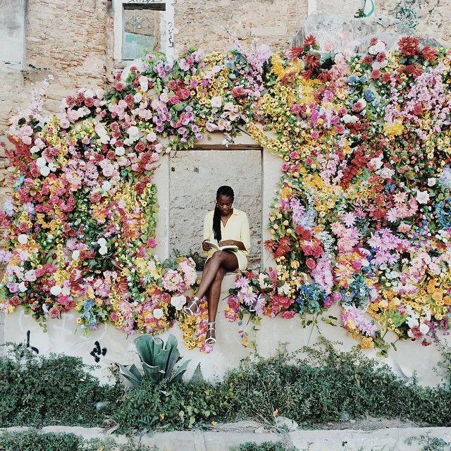 femeie citind intre flori