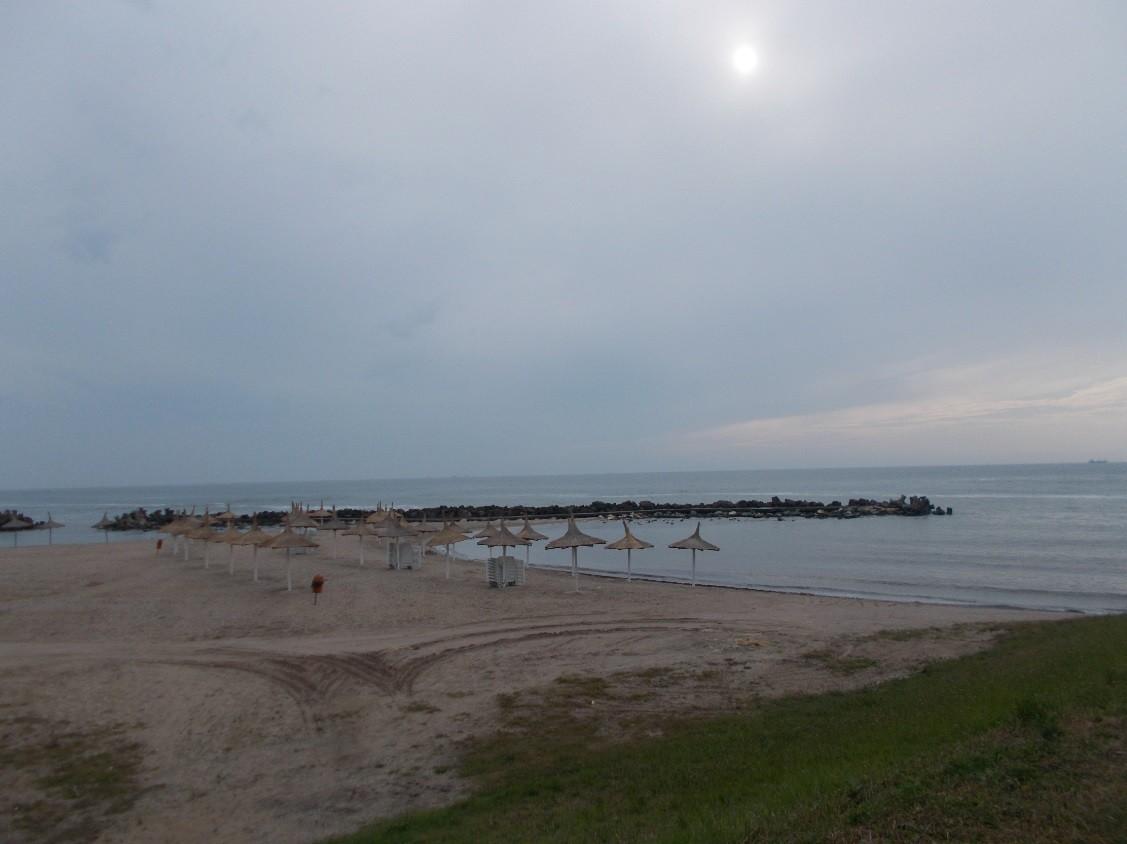 mare plaja umbrele soare